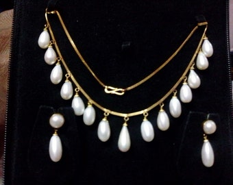 Gold chain with pearl