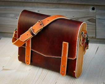 Shoulder bag in vegtanned leather and beech wood. Handbag, leather and wooden bag.