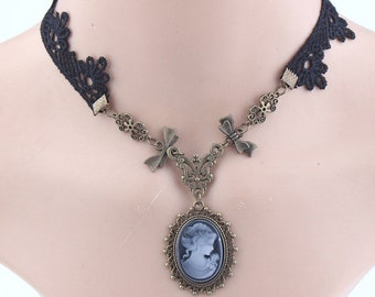 Very fashionable this necklace in lace and cameo