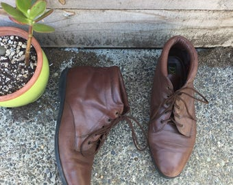 Size 8 1980s lace up leather ankle boots//witch boots// granny boots