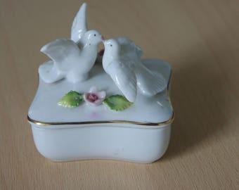 Pot en céramique avec des colombes