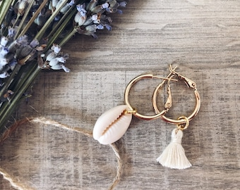 Circle earrings in golden steel with pendant shell and cotton tassel