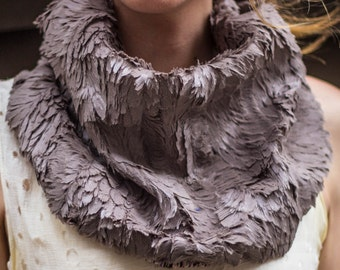 Feather fur encircle cowl neck wear scarf  • Ready to ship