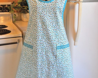 Grandma Style Old Fashioned Apron with Tulips in XXL