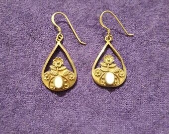 Beautiful antique victorian / art neoveau brass mother of pearl drop earrings