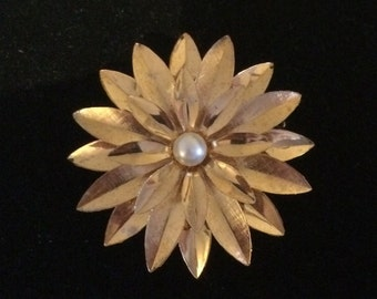 Pretty Vintage Gold Tone Flower Pin/Brooch with Pearl, Unsigned