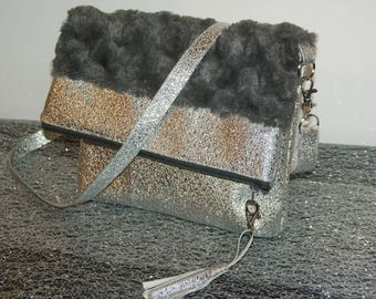 Bag - clutch in faux leather silver and faux fur.