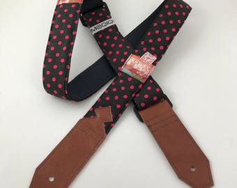 Guitarstrap dark brown with pink polkadots