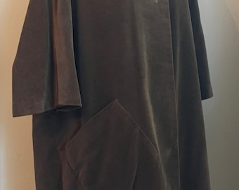 1950's/1960s Custom Made Elegant Light Caramel Brown Cape with Two Large Buttons and Large Hip Pocket