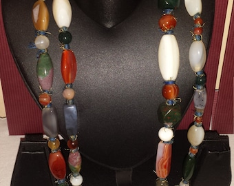 A very chic polish stone sautoir, green, white , red, stones