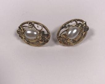Pearl and flower earrings // vintage pearl earrings // 1980s pearl earring