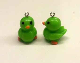Set of 2 charms small ducklings - green T23