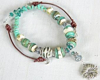 Petrol / Boho-Halskette mit Handwerker-Lampwork Perlen Teal Lampwork Kette grün türkis Cowgirl böhmischen Blume Anhänger Halskette