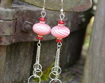 Menthe poivrée boucles d'oreilles rayure rouges et blancs rayés boucles d'oreilles avec accents argentés de perle en verre et chaîne billes en verre soufflé