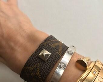 Issus de concepteur de LV authentique bracelet manchette avec clous pyramidaux coloris argent