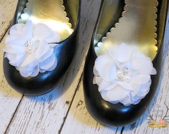 Clips de chaussure de fleur en mousseline de soie blanche. Mariage mariée demoiselle d'honneur fille fleur perle strass