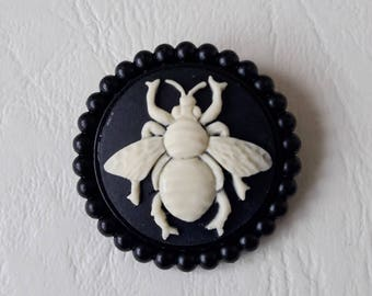 Brooch cameo bee black and beige ♥ ♥