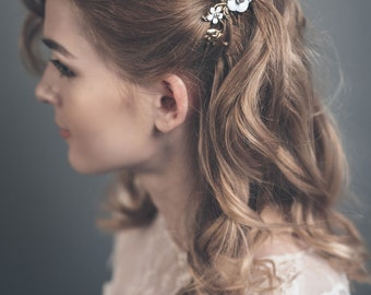 Wedding hair comb gold - Leaf hairpiece with white flowers - Gold hair comb