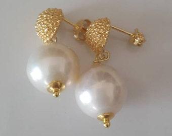 Baroque pearls earrings.