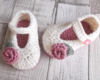 Baby shoes crochet Mary Janes in cream and pink with rose flower in 3-6 month size; ready to ship, uk seller