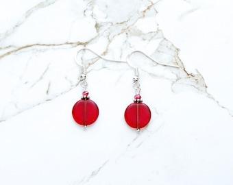 Boucles d'oreille rouges, bijoux en verre de mer rouge, boucles d'oreilles cristal de verre rouge rubis, pièce rouge mat boucles d'oreilles, boucles d'oreilles délicates de demoiselle d'honneur