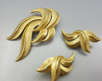 Crown Trifari  Brooch and clip earrings gold  tone modern  Mint Condition