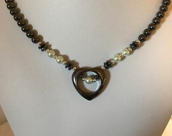Collier coeur ouvert hématite fait à la main avec des Accents de Aqua