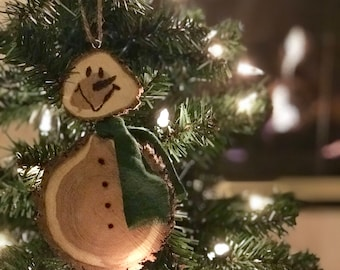 Snowman Wood Slice Christmas Ornament (Green Scarf)