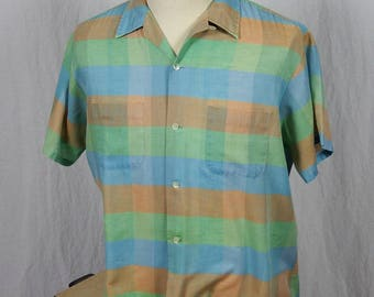 1960s Vintage Mens Short Sleeve Shirt with Wide Pastel Stripes