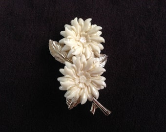 Vintage Lucite Cream and Gold Toned Metal Flower Brooch 0596