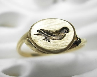 Embossed 18k recycled gold ring - Little Antique Bird