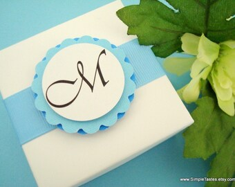 Boîtes faveur mariage blanc et bleu avec monogramme Tag et doublure à pois