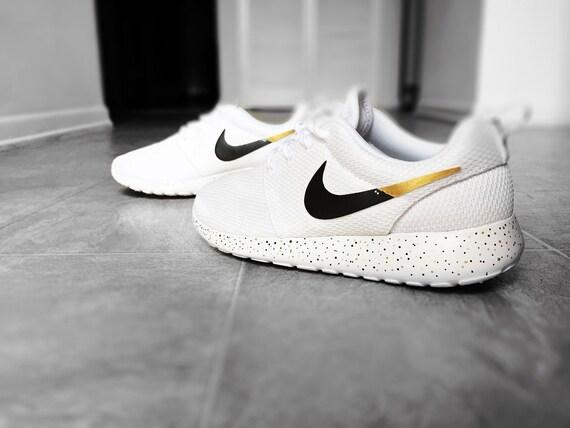 Nike Roshe Courir Femmes En Noir Et Blanc Ouvert Australian réduction authentique sortie SXiNj7m