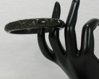 Carved and Scalloped Dark Olive Green Bakelite Bangle - Vintage 1940s