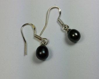 Silver earrings with fresh water pearl dark grey 7 x 6 mm