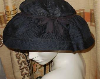Jahrgang 1940er Jahre Hut Navy Blau Semi Sheer verzog Nylon runden Hut Schleife Detail Saks Fifth Avenue sehen muss! Rockabilly Glamour 22,5 In
