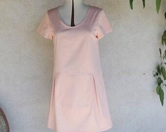 Loose-fitting sleeveless trapeze dress round neck