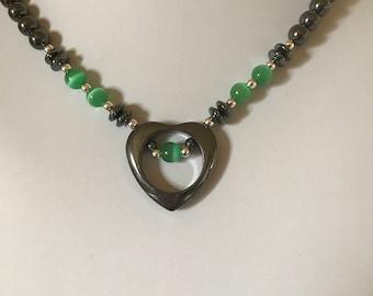 Collier coeur hématite avec collier de coeur AccentHemalyke oeil de chat vert avec l'Accent d'oeil de chat vert