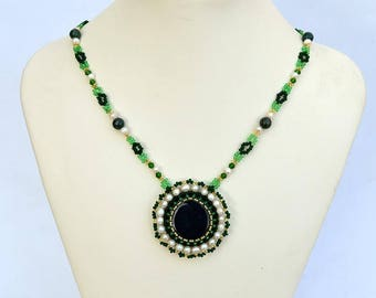 Deep green necklace Small necklace with dark green agate and pearls Delicate agate and pearls necklace Green and white necklace N701