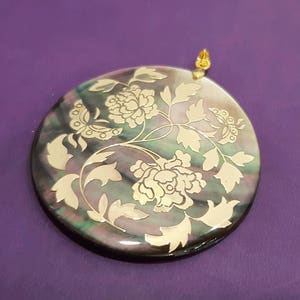 Mother-of-pearl pendant with gold engravings