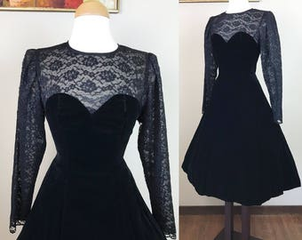 Vintage 1980s Dress / 80s Velvet dress / Illusion sweetheart neckline / Black lace