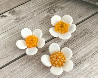 White chamomile flower beads -  Realistic white wildflowers glass lampwork beads - Floral murano glass