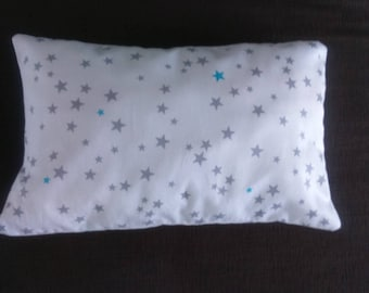 pequeño cojín forma turquesa rectangular blanco - pequeñas estrellas gris - azul