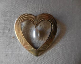 Vintage 1950s to 1960s Gold Tone Heart Shaped with Dangle Pearl Retro Pin/Brooch