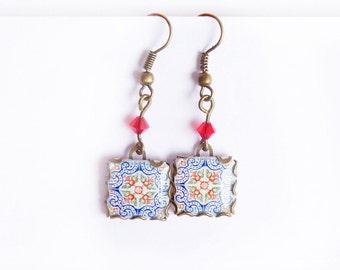 Azulejos flores de granado azules y rojas. Azulejos de estilo mediterráneo: Portugal, España, Marruecos, Italia.