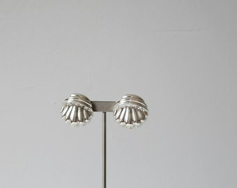 scalloped earrings / vintage large round silver earrings