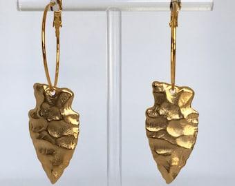 Golden hoop earrings with hammered golden arrow pendant