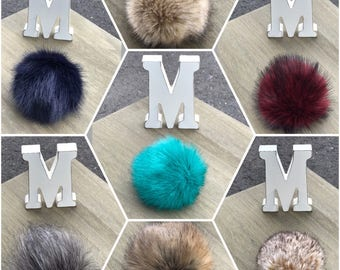 Made of faux fur Pompom