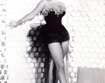 Elizabeth Taylor Sexy Pose Hollywood Poster Art Photo 11x14