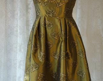 GRACE: Golden dress with flowerpattern in 1950s style